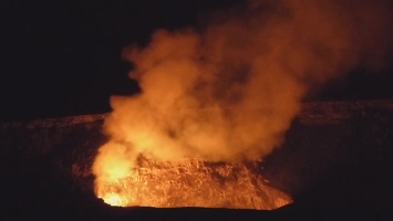 Video: Kilauea at night
